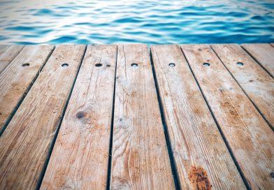 Deski kompozytowe czy drewno – czym pokryć taras?